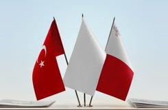 Bandeiras de Turquia e de Malta imagens de stock royalty free