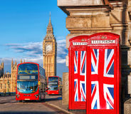 Bandeiras de união britânicas em cabines de telefone contra Big Ben em Londres, Inglaterra, Reino Unido Foto de Stock