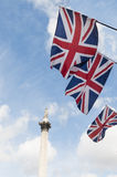 Bandeiras de união britânicas no quadrado de Trafalgar. Fotografia de Stock Royalty Free