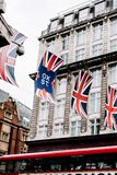 Bandeiras de Union Jack que penduram na cidade de Londres imagens de stock royalty free