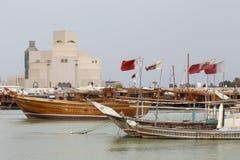 Bandeiras, dhows e museu de arte islâmico Foto de Stock Royalty Free
