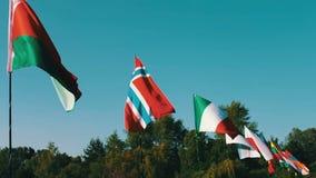 Bandeiras do balanço diferente dos estados no vento Lotes das bandeiras dos países diferentes que vibram no vento vídeos de arquivo