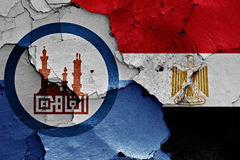 Bandeiras do Cairo e de Egito pintadas em parede rachada Fotos de Stock