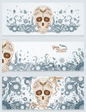 Bandeiras do crânio do açúcar de Dia de Muertos com ornamentado em um fundo decorativo floral abstrato da mola Dia dos mortos Foto de Stock Royalty Free