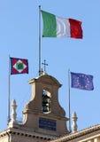 Bandeiras do estado italiano no monte de Quirinal, onde casas o PR Imagens de Stock