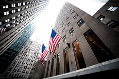 Bandeiras do Estados Unidos da América em ruas de New York fotos de stock