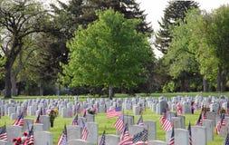 Bandeiras do Estados Unidos de Memorial Day em lápides militares no cemitério Fotografia de Stock Royalty Free