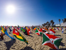 Bandeiras do mundo na praia de Veneza que promove a paz Fotografia de Stock Royalty Free