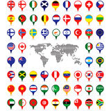 Bandeiras do mundo nos pinos do mapa Fotografia de Stock