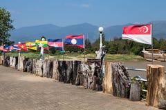 Bandeiras do mundo que acenam no templo de Wat Um-Hong Silawas, em Mekong River, Tambon Khaisri, Amphoe Bungkan, Nong Khai, Tail? fotos de stock royalty free