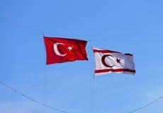 Bandeiras do norte de Chipre e de Turquia imagens de stock royalty free