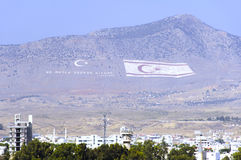 Bandeiras do norte enormes de Chipre e de Turquia fotos de stock royalty free