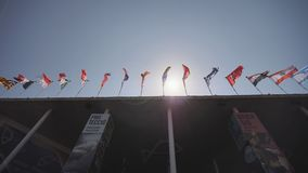 Bandeiras do pairo do mundo sobre a construção filme