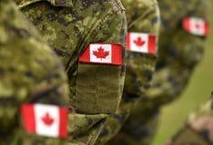 Bandeiras do remendo de Canadá no braço dos soldados Tropas canadenses fotografia de stock royalty free
