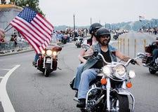 Bandeiras dos E.U. da onda dos espectadores durante o trovão do rolamento Foto de Stock Royalty Free