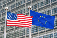 Bandeiras dos E.U. e do europeu Foto de Stock