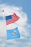 Bandeiras dos E.U. e do Oklahoma fotografia de stock