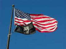 Bandeiras dos E.U. e do POW_MIA Fotografia de Stock