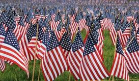 Bandeiras dos E.U. em um memorial Fotografia de Stock Royalty Free