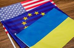 Bandeiras dos EUA, da Europa e da Ucrânia imagem de stock