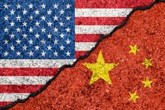 Bandeiras dos EUA e da China pintados em conceito rachado da guerra comercial da parede background/USA-China ilustração stock