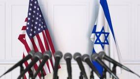 Bandeiras dos EUA e da Israel na conferência internacional da reunião ou de imprensa das negociações vídeos de arquivo