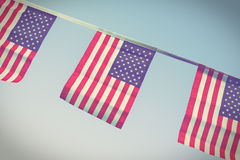 Bandeiras dos EUA que penduram orgulhosamente para o Dia da Independência do 4 de julho Imagem de Stock