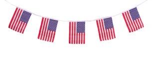 Bandeiras dos EUA que penduram orgulhosamente para o Dia da Independência do 4 de julho Fotos de Stock Royalty Free