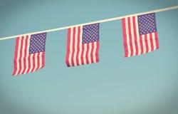 Bandeiras dos EUA que penduram prowdly para o Dia da Independência do 4 de julho Fotografia de Stock