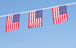 Bandeiras dos EUA que penduram prowdly para o Dia da Independência do 4 de julho Foto de Stock Royalty Free