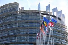 Bandeiras dos membros da UE na frente da construção do Parlamento Europeu em Strasbourg fotos de stock royalty free