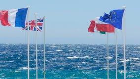 Bandeiras dos países da União Europeia que vibram em fundo surpreendente do beira-mar filme
