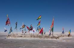 Bandeiras dos países diferentes na terra salina Salar de Uyuni em Bolívia Fotografia de Stock