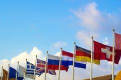 Bandeiras dos países diferentes que batem no vento imagens de stock royalty free