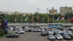 Bandeiras dos países diferentes que voam em mastros de bandeira filme