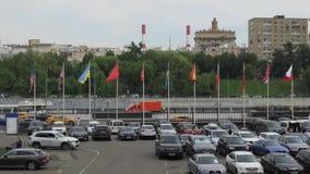 Bandeiras dos países diferentes que voam em mastros de bandeira vídeos de arquivo