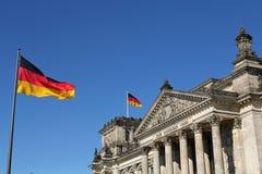 Bandeiras e construção alemãs de Reichstag em Berlim, Alemanha Imagem de Stock