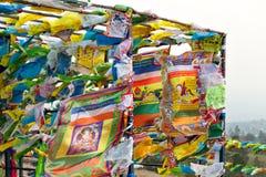 Bandeiras e Hadak da oração no por do sol na república de Buriácia Datsan Rinpoche Bagsha na montanha calva em Ulan-Ude Imagens de Stock Royalty Free