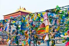 Bandeiras e Hadak da oração no por do sol na república de Buriácia Datsan Rinpoche Bagsha na montanha calva em Ulan-Ude Imagens de Stock