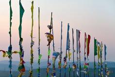 Bandeiras e Hadak da oração no por do sol na república de Buriácia Datsan Rinpoche Bagsha na montanha calva em Ulan-Ude Fotos de Stock Royalty Free