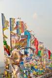 Bandeiras e Hadak da oração no por do sol na república de Buriácia Datsan Rinpoche Bagsha na montanha calva em Ulan-Ude Fotografia de Stock