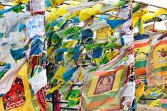 Bandeiras e Hadak da oração no por do sol na república de Buriácia Datsan Rinpoche Bagsha na montanha calva em Ulan-Ude Fotos de Stock