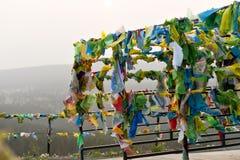 Bandeiras e Hadak da oração no por do sol na república de Buriácia Datsan Rinpoche Bagsha na montanha calva em Ulan-Ude Imagem de Stock