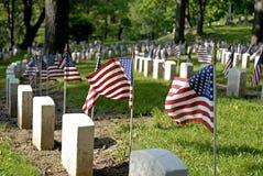 Bandeiras e lápides Fotografia de Stock Royalty Free