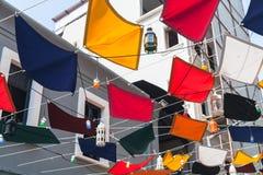 Bandeiras e lâmpadas de rua coloridas Fotografia de Stock Royalty Free