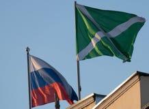 Bandeiras e Rússia feitas sob encomenda sobre os costumes que constroem em Moscou Foto de Stock