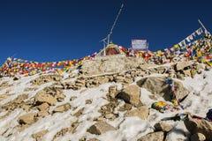 Bandeiras em Chang La Pass, a terceira passagem da oração de montanha driveable a mais alta no mundo 5300m acima do nível do mar, Fotos de Stock Royalty Free