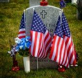 Bandeiras em um cemitério nacional Imagem de Stock