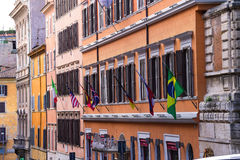 Bandeiras em uma fachada o hotel Americano Anglo em Roma, Itália Fotos de Stock Royalty Free