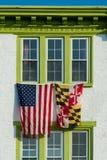 Bandeiras entre janelas verdes Imagens de Stock Royalty Free